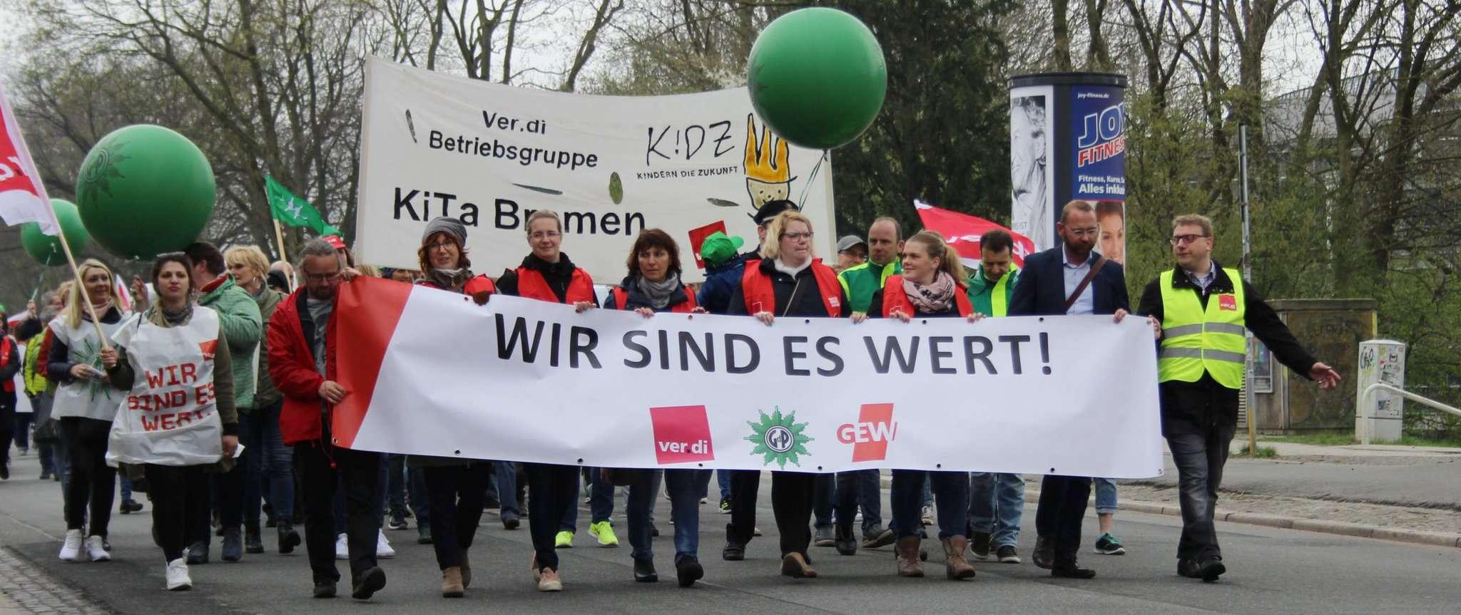 Mit Bussen sind die Streikenden am Startpunkt, dem Bremer Weserstadion, angekommen. Von dort aus führt ihr Marsch sie in die Innenstadt. Auf dem Marktplatz ist um 12 Uhr eine Kundgebung geplant. Foto: Björn Blaak