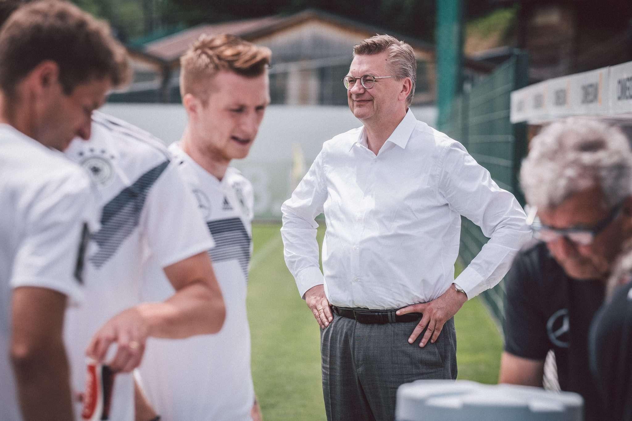DFB-Präsident Reinhard Grindel im Kreise der Nationalspieler. Der Rotenburger ist fest davon überzeugt, dass die Mannschaft genauso gut ist wie beim WM-Sieg 2014 in Brasilien.