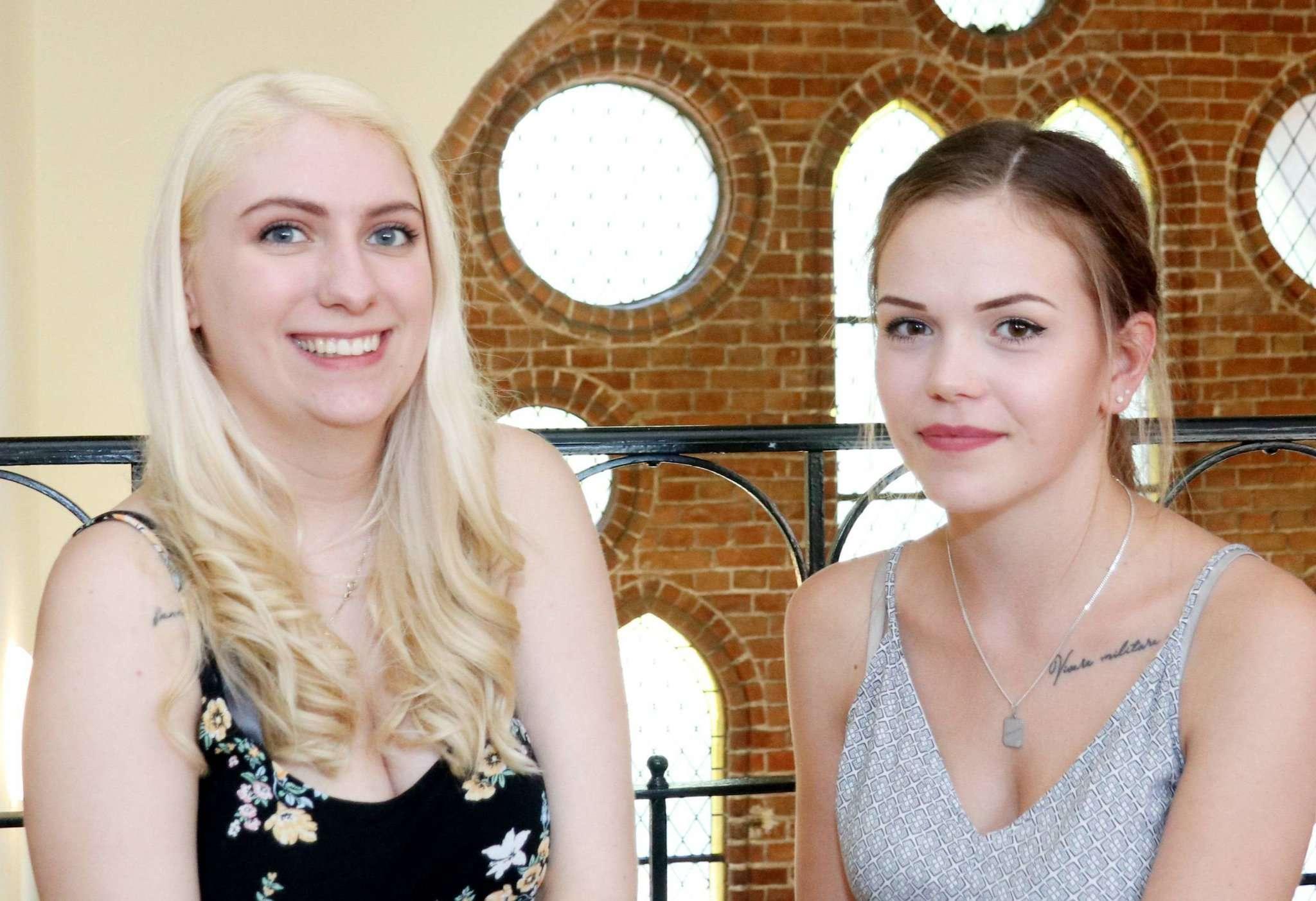 Francesca Rechter (links) und Chiara Schramm haben den erweiterten Realschulabschluss in der Tasche. Foto: Nina Baucke