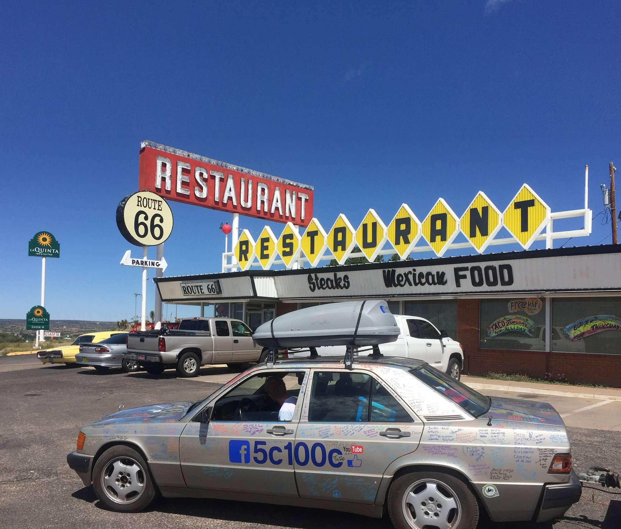 Zwischenstopp an der Route 66 u2013 der Mercedes 190D, Baujahr 1990, ist ein rollendes Kunstwerk. Mehr als 600 Unterschriften zieren den Wagen.