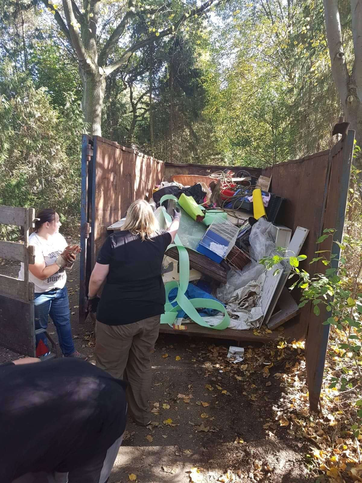 Beim Herbstputz landete viel Müll im Container.