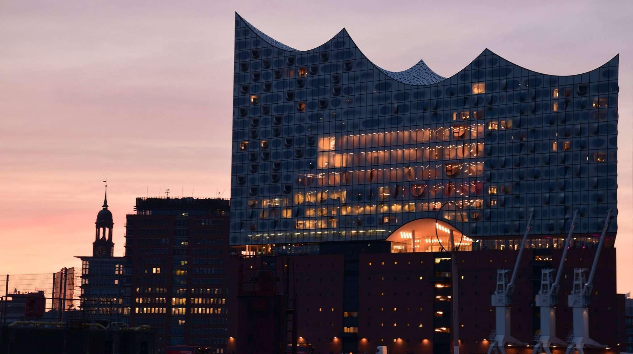 Mit dieser Aufnahme der Elbphilharmonie im Hamburger Hafen und den drei Kränen davor entscheidet Stefanie Wilke den September-Wettbewerb für sich.