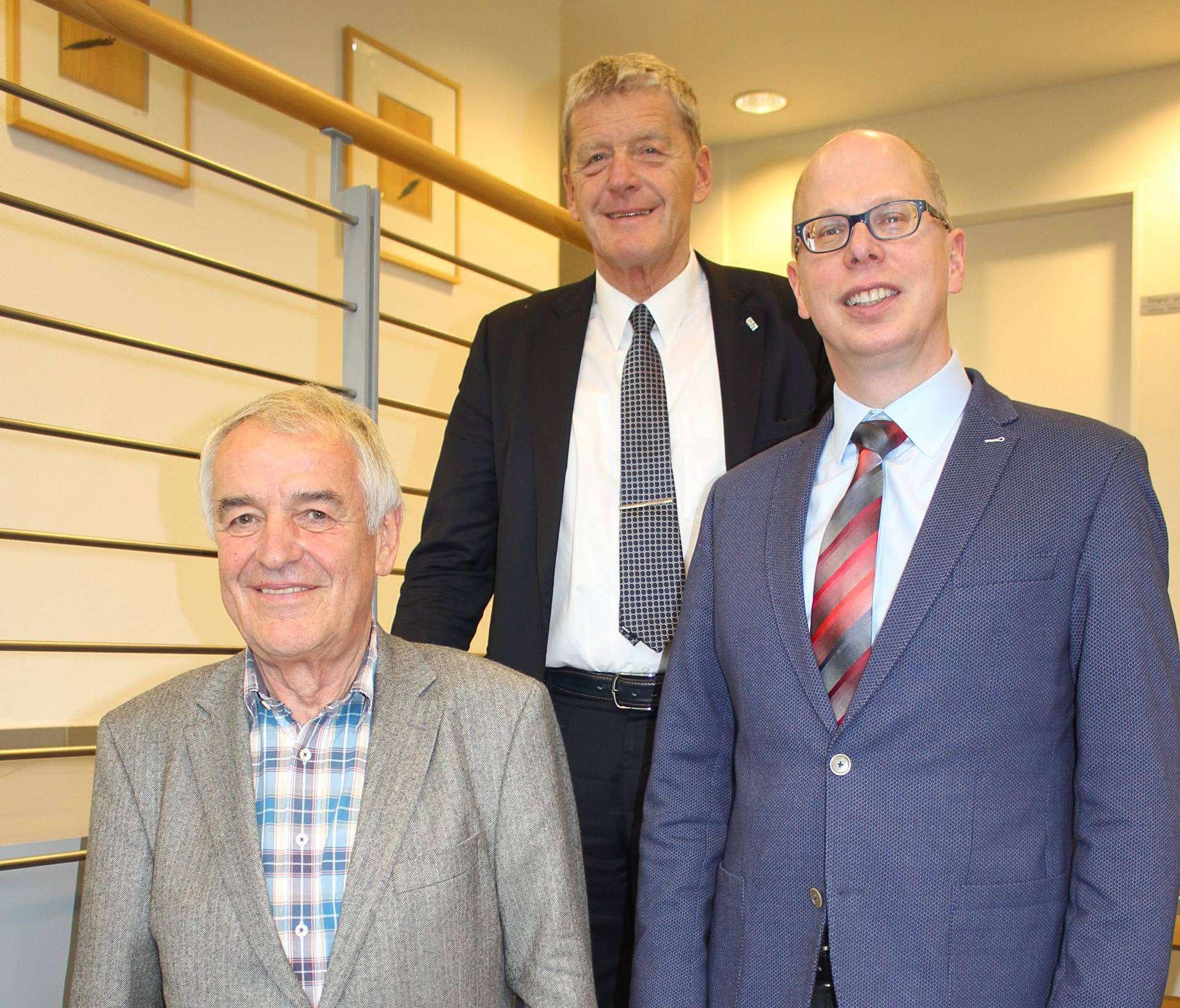 Der ehemalige Geschäftsführer Werner Meyer (von links) und Stadtwerke-Geschäftsführer Reinhard David begrüßen den Neuen: Achim Figgen aus Sottrum. Foto: Henning Leeske