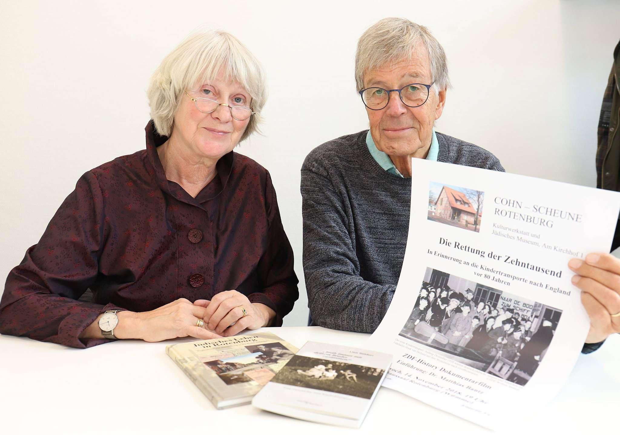 Inge Hansen-Schaberg, Vorsitzende des Fördervereins Cohn-Scheune, und Paul Matthias Bantz zeigen einen Dokumentarfilm im Ratssaal.