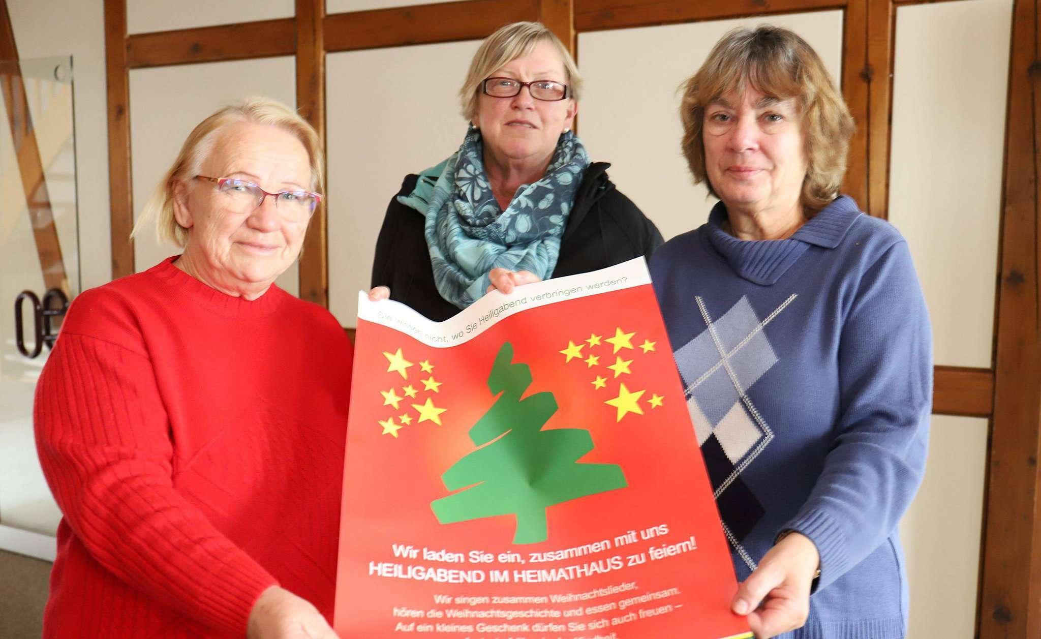 Rosemarie Harms (von links), Hanna Schlüschen und Annette Strahlheim freuen sich auf viele Gäste am Heiligen Abend im Heimathaus.