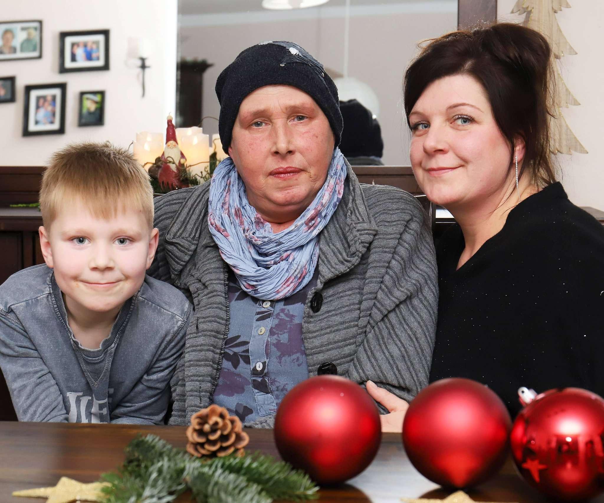 Inge Janßen (Bildmitte) ist schwer an Lungenkrebs erkrankt. Ihre Tochter Nicole Simon und Enkel Noah wollen ihren größten Traum erfüllen: Die 57-Jährige möchte einmal mit Delfinen schwimmen.