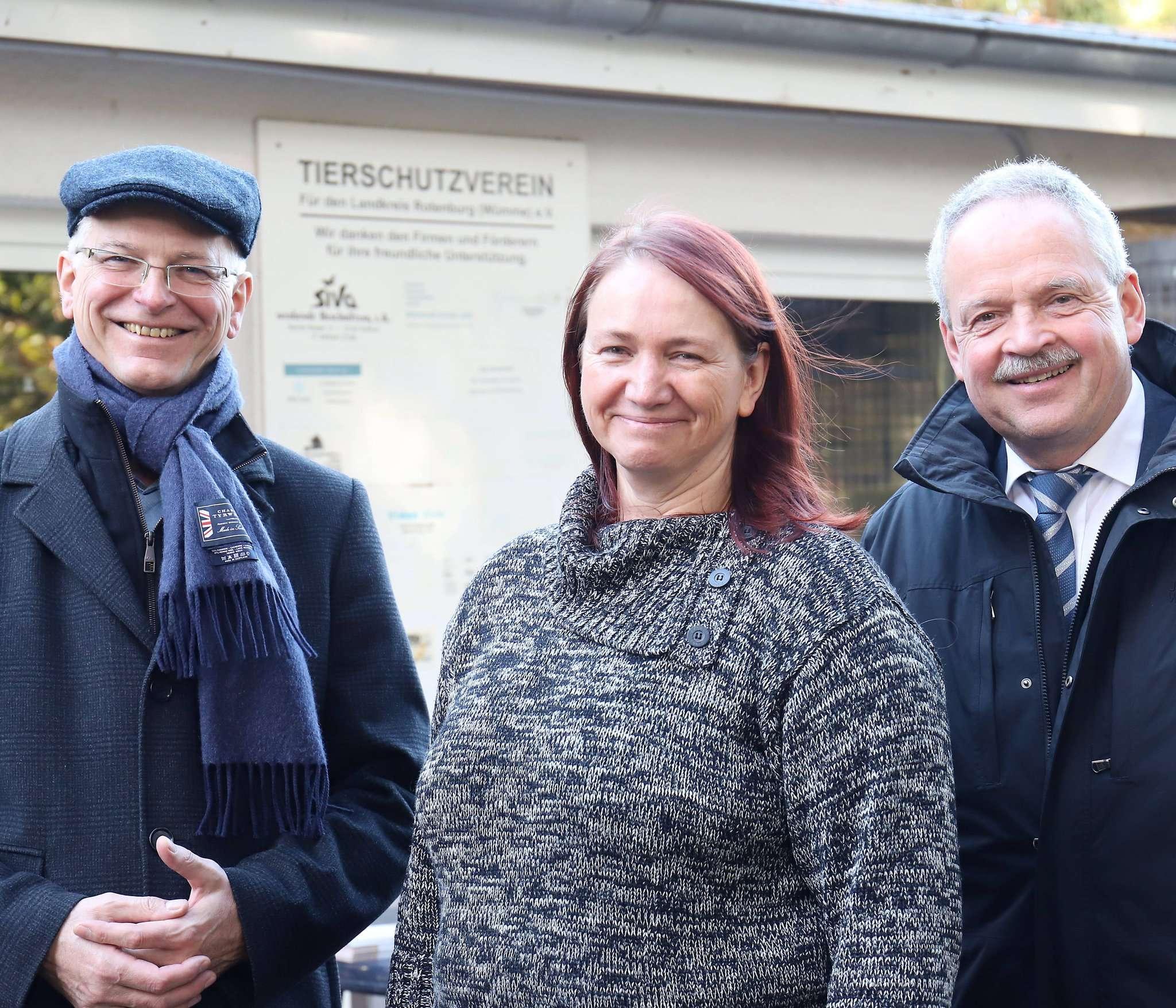 Ordnungsamtsleiter Frank Rütter (links) und Bürgermeister Andreas Weber unterstützen die Arbeit von Silke Wingen vom Tierschutzverein für den Landkreis Rotenburg.