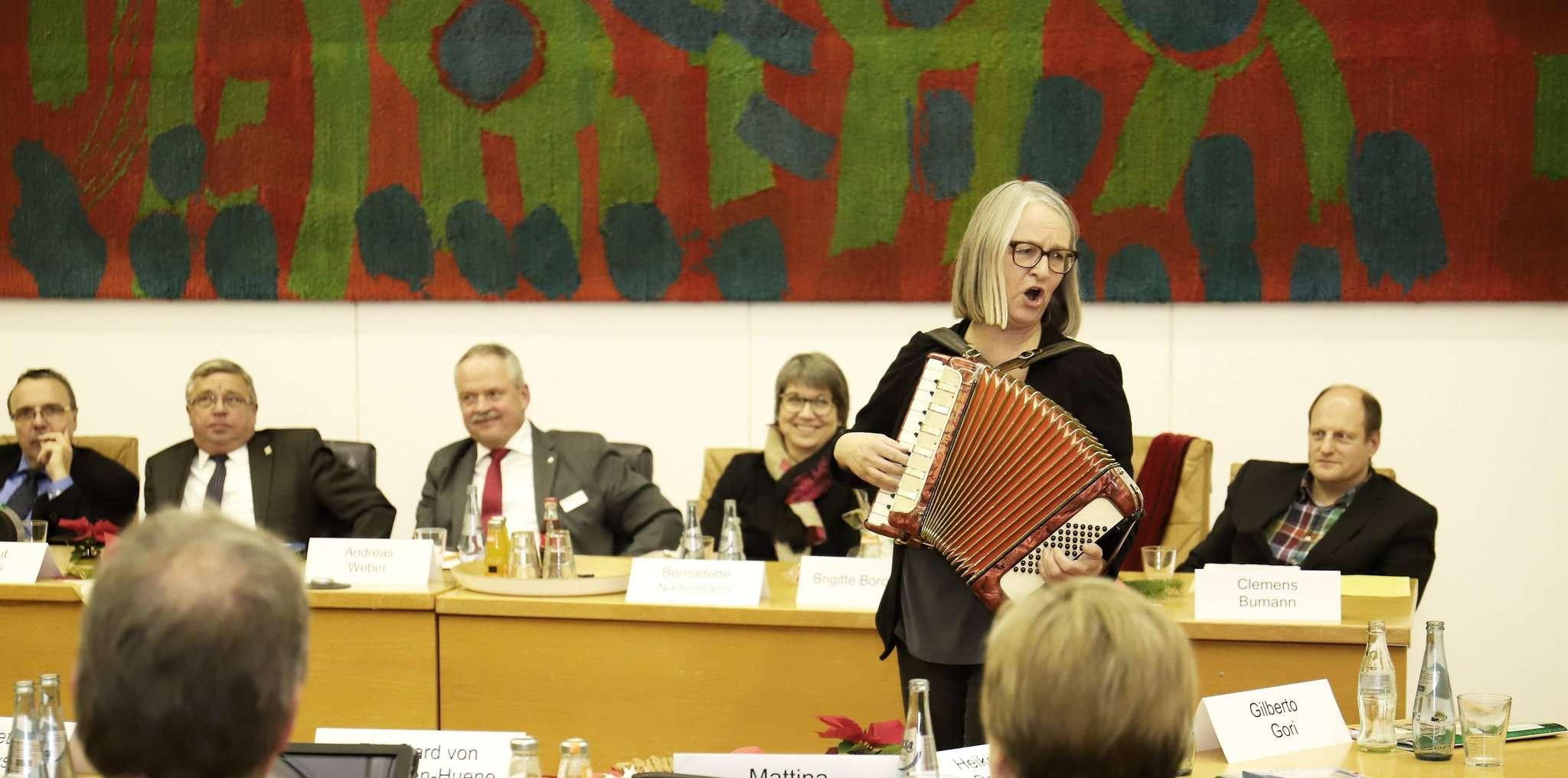Brigitte Borchers verabschiedete sich Ende Dezember vom Rat der Stadt Rotenburg mit einem Lied.