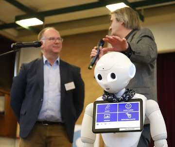 Roboter Emma beim Neujahrsempfang der Rotenburger Werke  Von Dennis Bartz