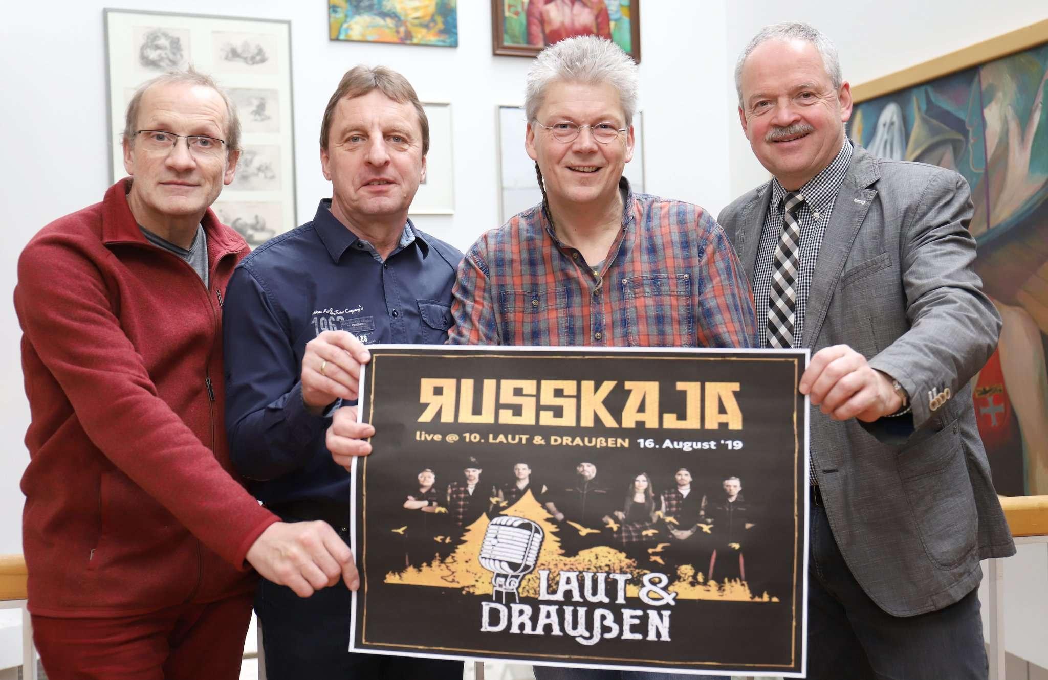 Christoph Wüstefeld (von links), Reinhard Lüdemann, Stephan Slomma und Bürgermeister Andreas Weber werben für das Laut & Draußen-Open Air.