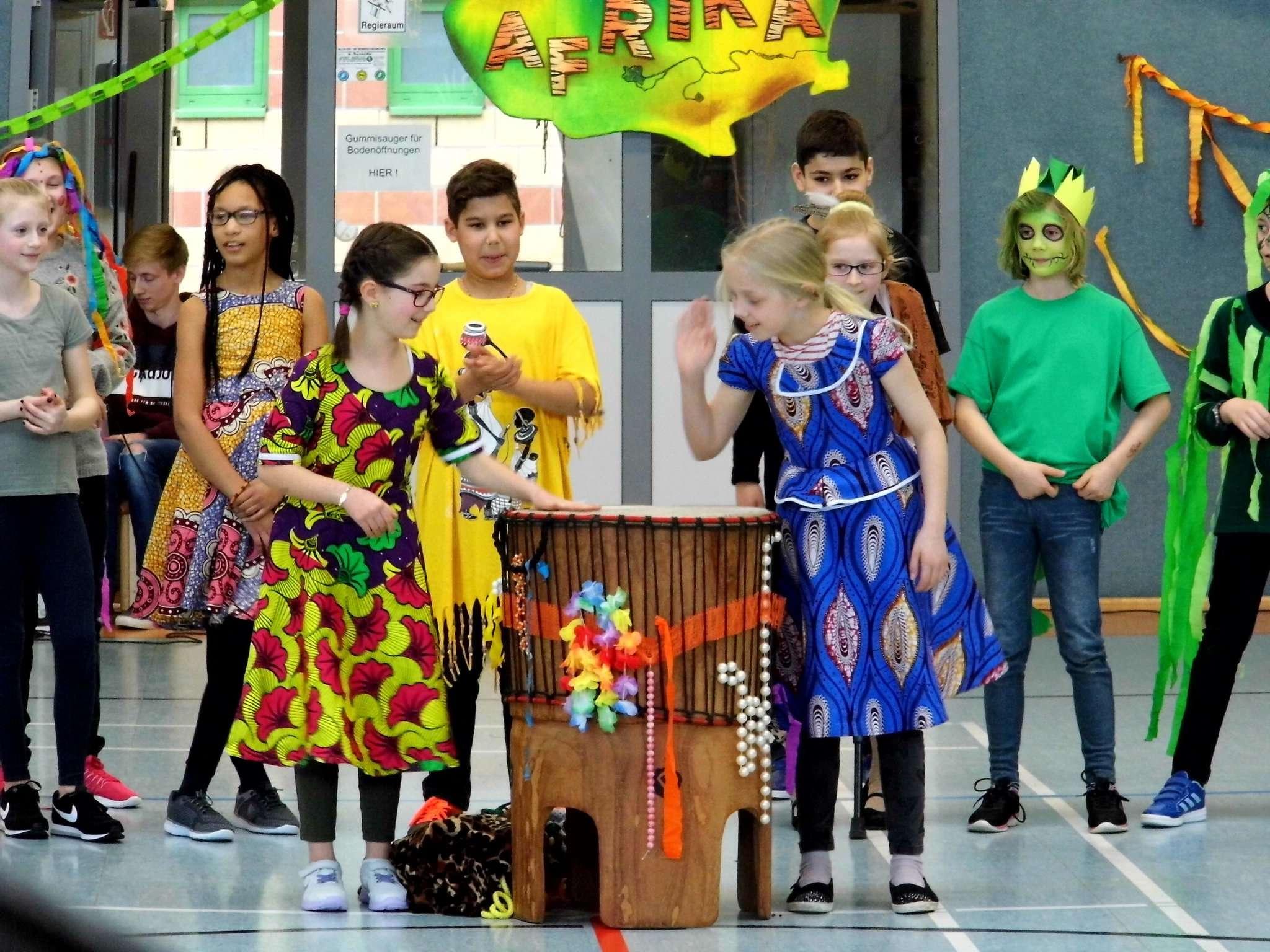Die Schüler waren in bunte Kostüme geschlüpft, die sie im Rahmen der Projektwoche selbst gebastelt hatten.