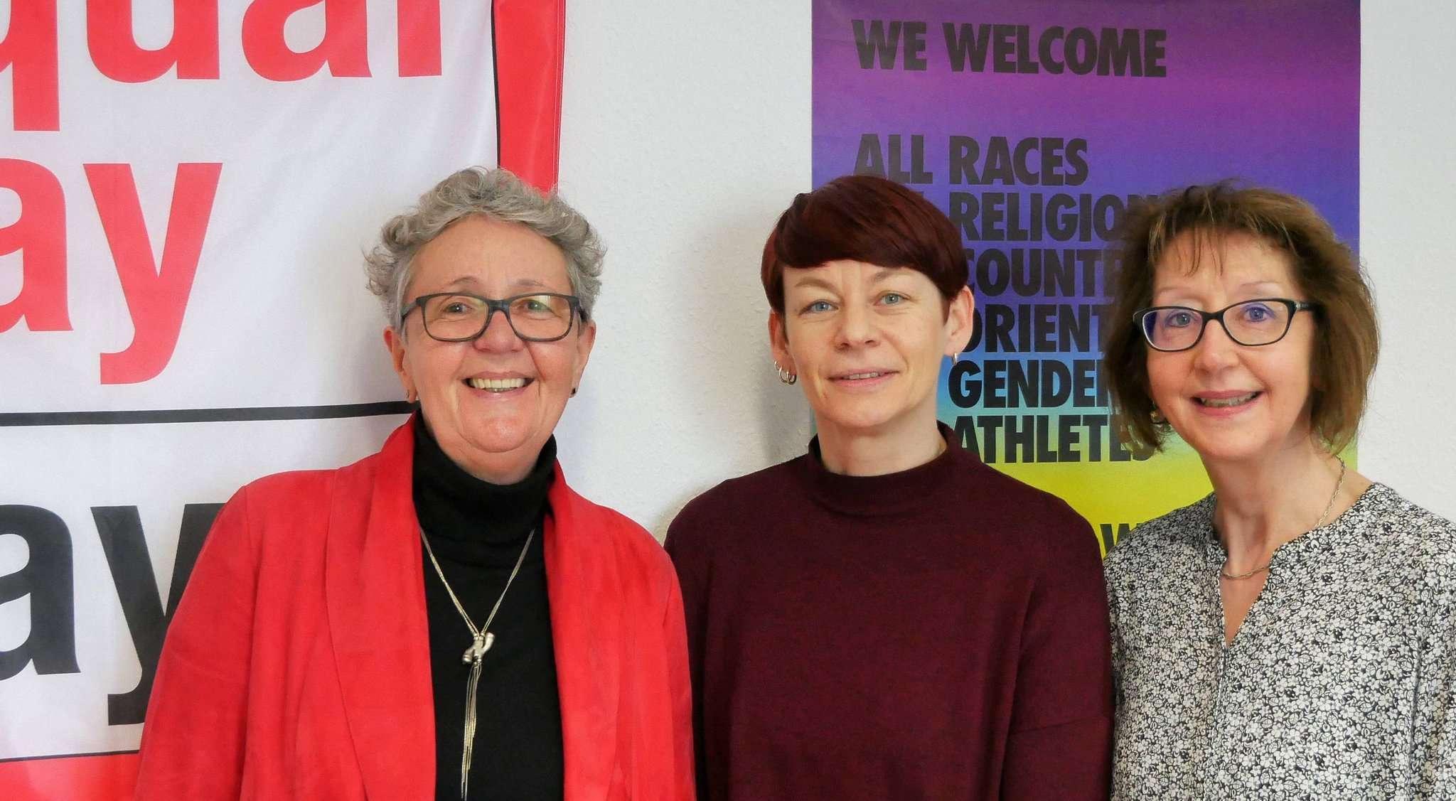 Thea Ohle (links) und Johanna Meeske (rechts) von der Koordinierungsstelle Frauen und Wirtschaft planen mit Rotenburgs neuer Gleichstellungsbeauftragten Kerstin Blome eine gemeinsame Aktion zum Equal Pay Day.