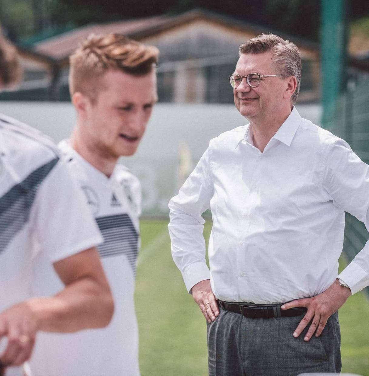 Reinhard Grindel als DFB-Präsident im Kreise der Nationalspieler.