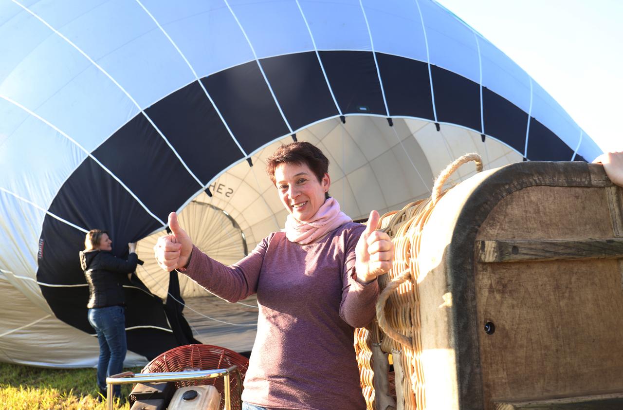 Nicole Monteith-Dähn packt selbst mit an, um den Ballon fahrbereit zu machen.