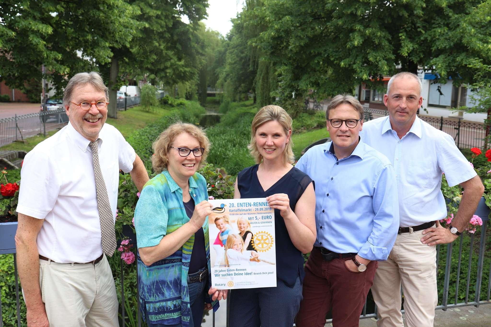 Claus Burhfeind (von links), Birgit Karkmann-Renner, Stefanie Siegmund, Torsten Meyer und Steffen Holsten werben für das Entenrennen in Rotenburg.