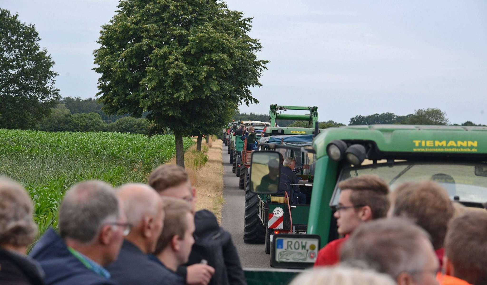 Auf 13 Gespannen reisten die 200 Teilnehmer durch die landwirtschaftlich genutzten Flächen in Rotenburg und erfuhren dabei Wissenswertes über die Arbeit auf dem Feld.