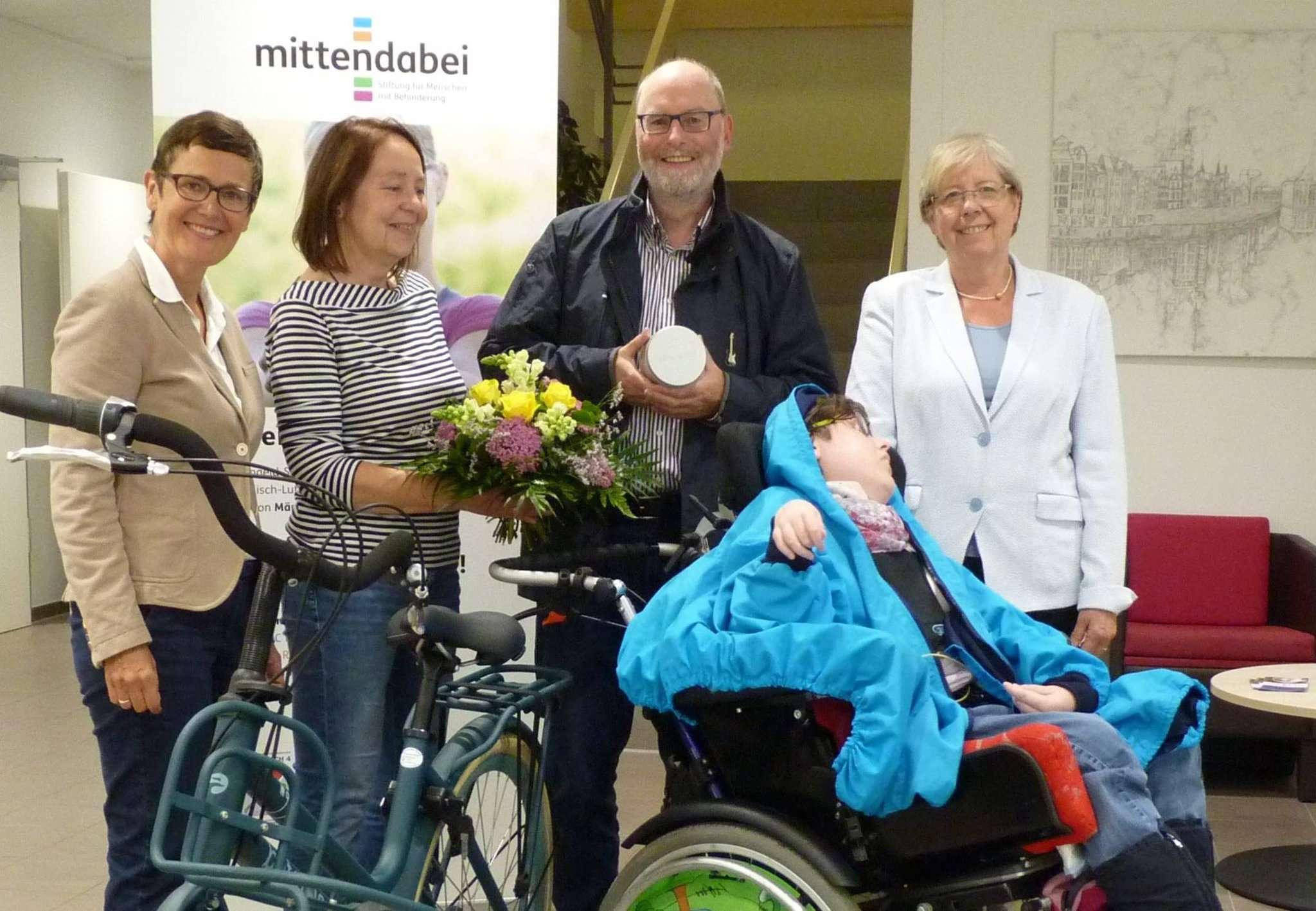 Familie Kellermeier freut sich über ihr neues Fahrrad: Silke Sackmann (von links), Annette, Lutz und Alessa Kellermeier mit Jutta Wendland-Park.