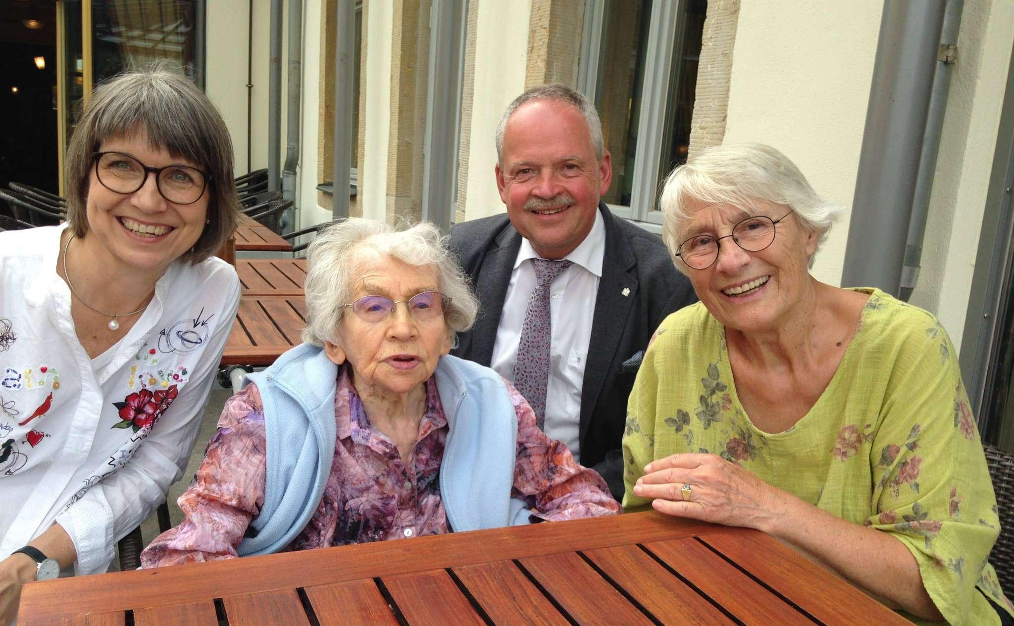 Erste Stadträtin Bernadette Nadermann (von links), Hildegard Jacobsohn, Bürgermeister Andreas Weber und Christel Gerken sprachen über alte Zeiten.