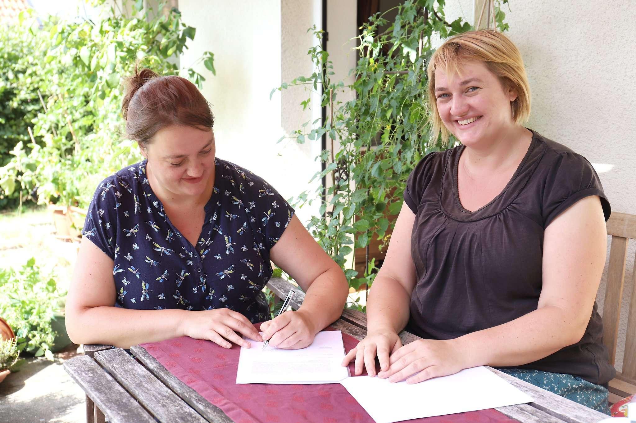 Zuerst greift Anja Doil (links) zum Kugelschreiber, dann ihre Zwillingsschwester Antje. Im April 2020 wollen sie ihren Unverpackt-Laden in Rotenburg eröffnen.