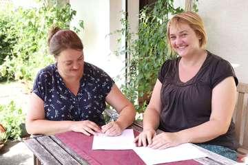 Vertrag unterzeichnet Schwestern eröffnen UnverpacktLaden  Von Dennis Bartz