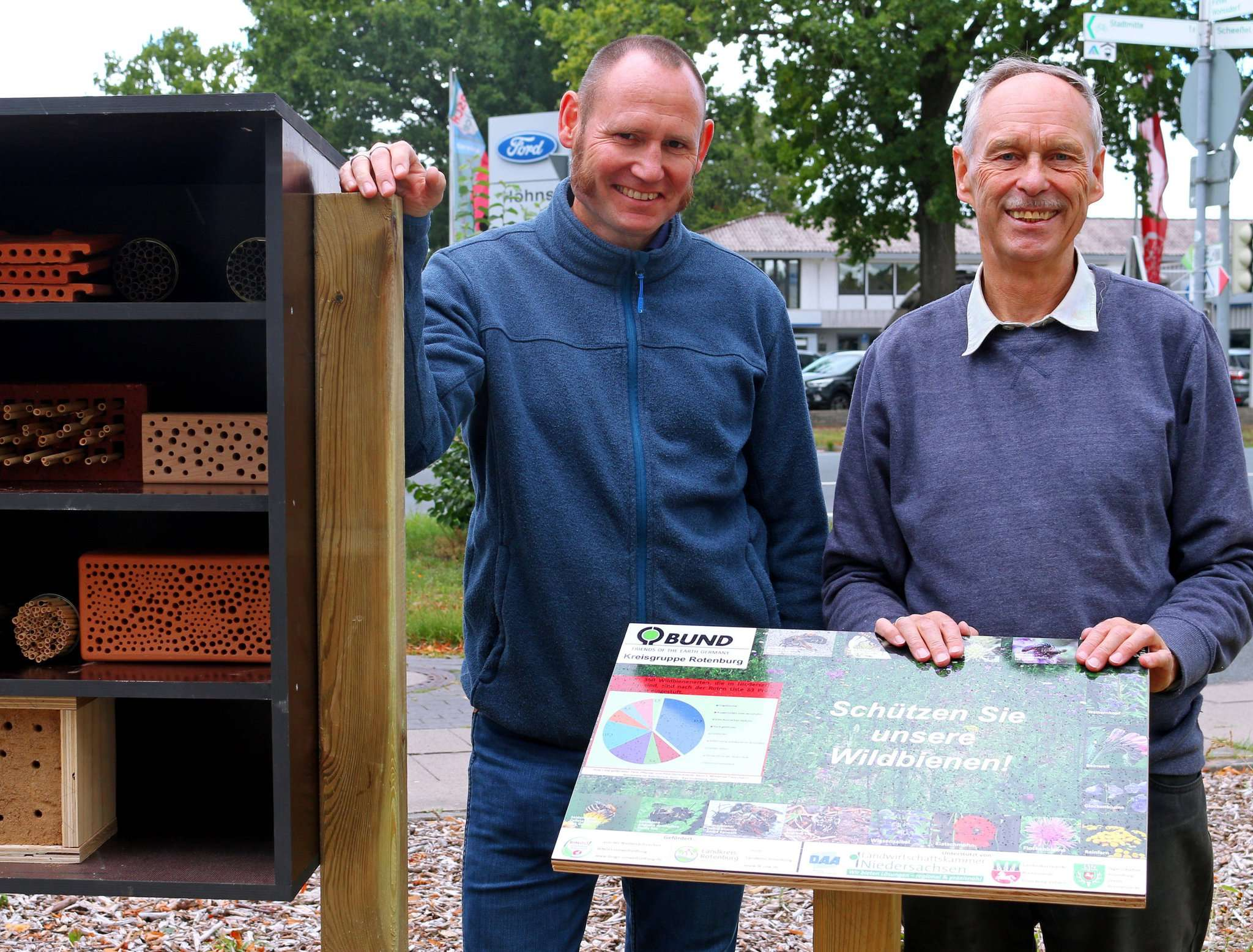 Manfred Radtke vom BUND Rotenburg (rechts) und Jens Gliessmann, Betriebsstättenleiter des Standorts der Lebenshilfe an der Brockeler Straße, bauten die Wildbienen-Nisthilfe zusammen auf.