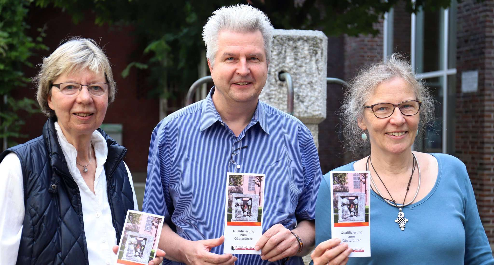 Gina Lemme-Haase (von links), VHS-Leiter Michael Burgwald und Almuth Quehl werben für den Kurs für die Qualifizierung zum Gästeführer.