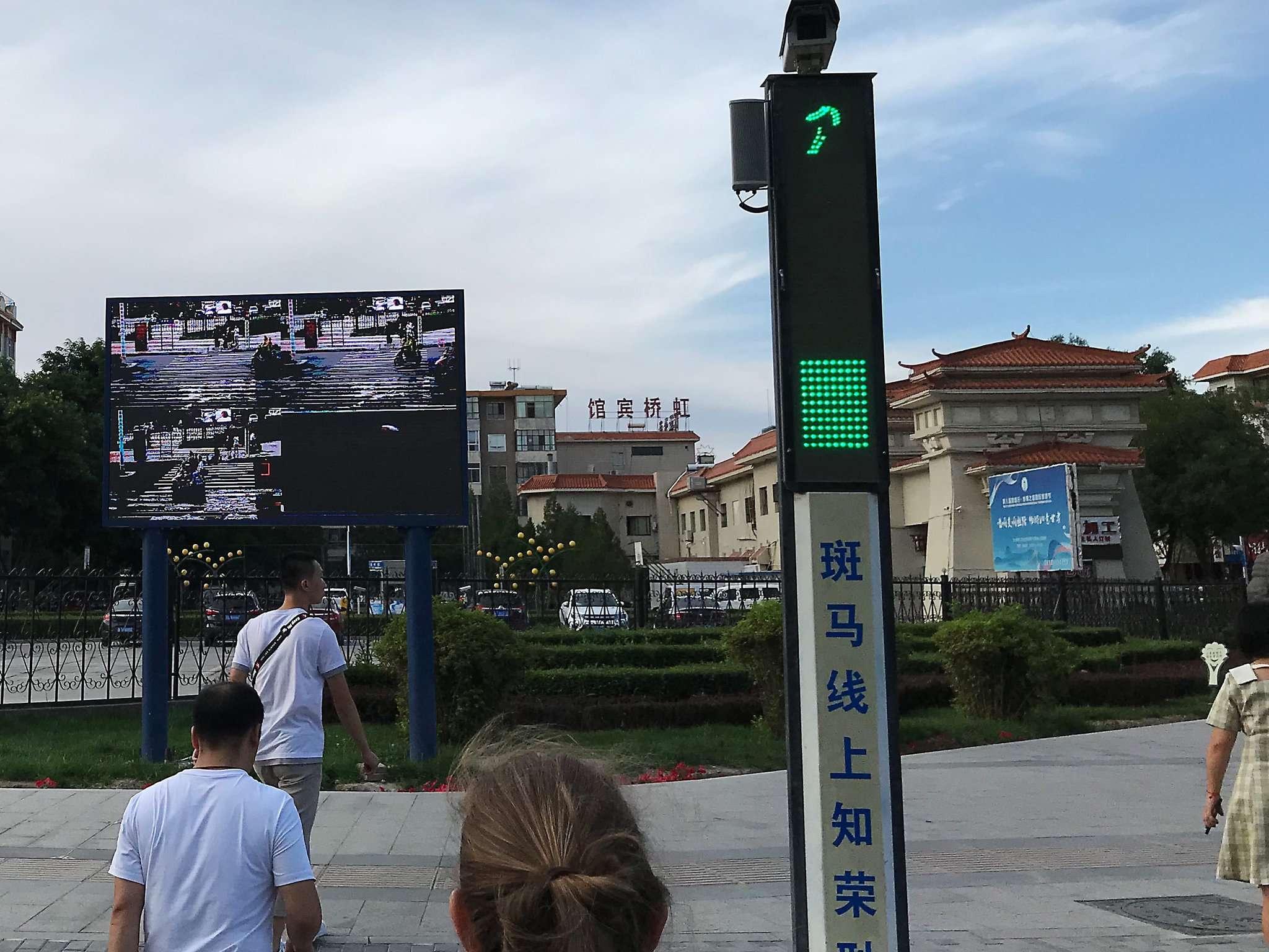 Kameras an Kreuzungen überwachen den Verkehr u2013 wer bei Rot die Straße überquert, findet sich für bis zu 24 Stunden auf der Leinwand wieder.
