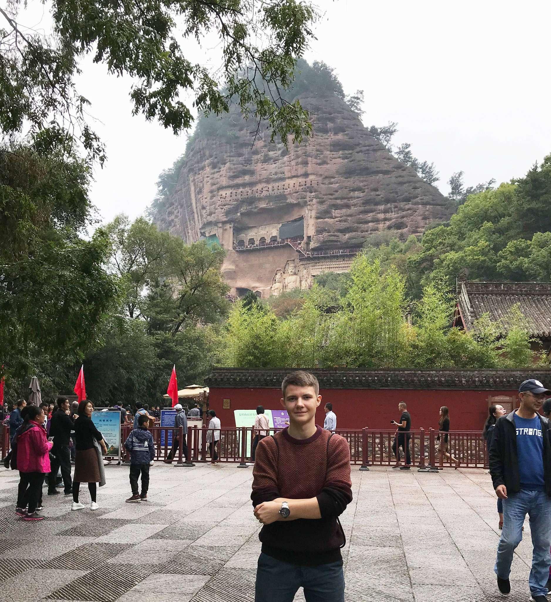 Der Rotenburger Aaron Kruse vor imposanter Kulisse: An seinen freien Tagen besichtigte er den Majishan-Berg.