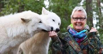 Wunschbox Die an Krebs erkrankte Renate Meyer trifft Polarwölfe im Wildpark Lüneburger Heide  Von Dennis Bartz