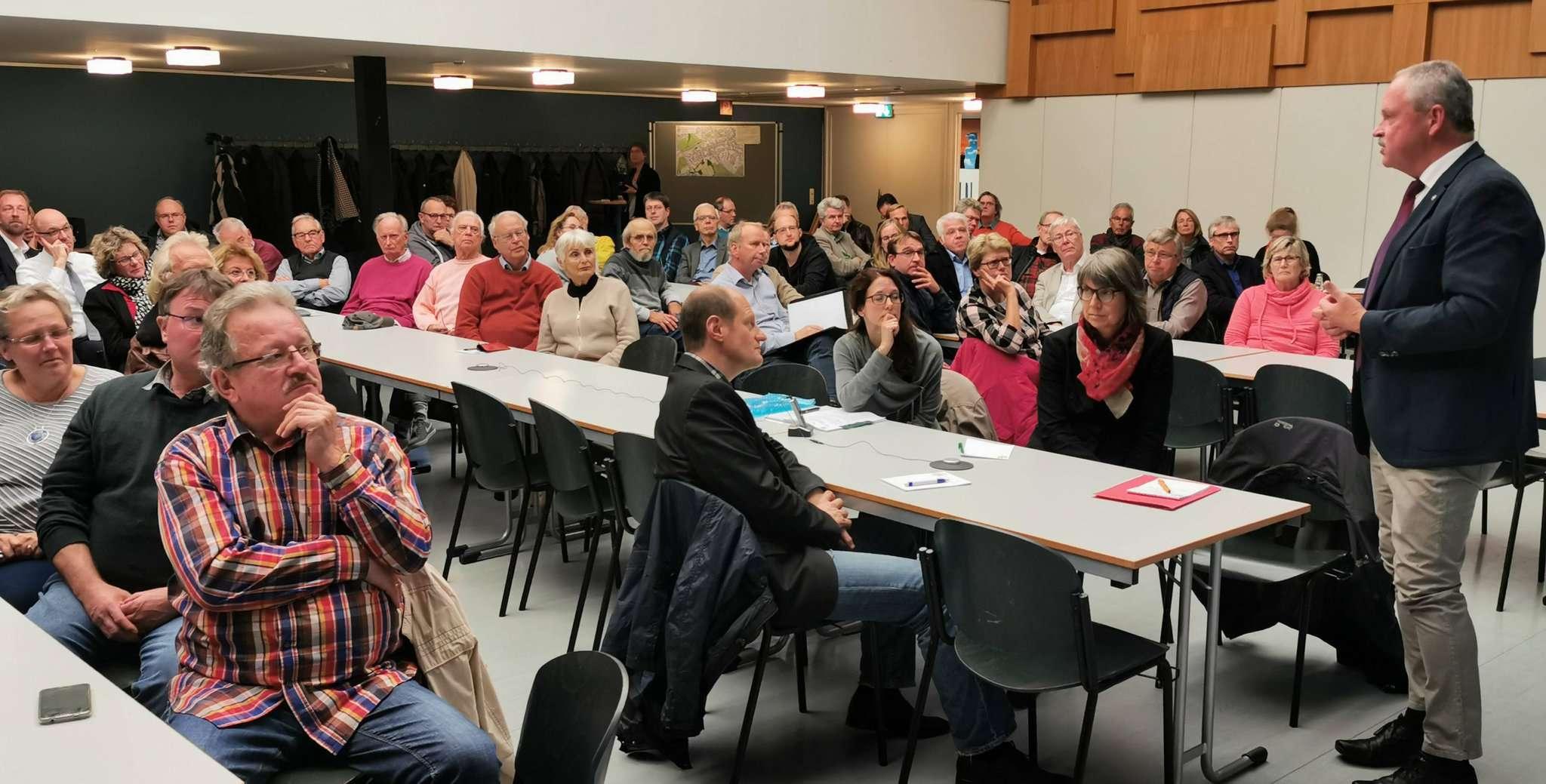 Bürgermeister Andreas Weber begrüßte etwa 80 Teilnehmer in der Aula der IGS.