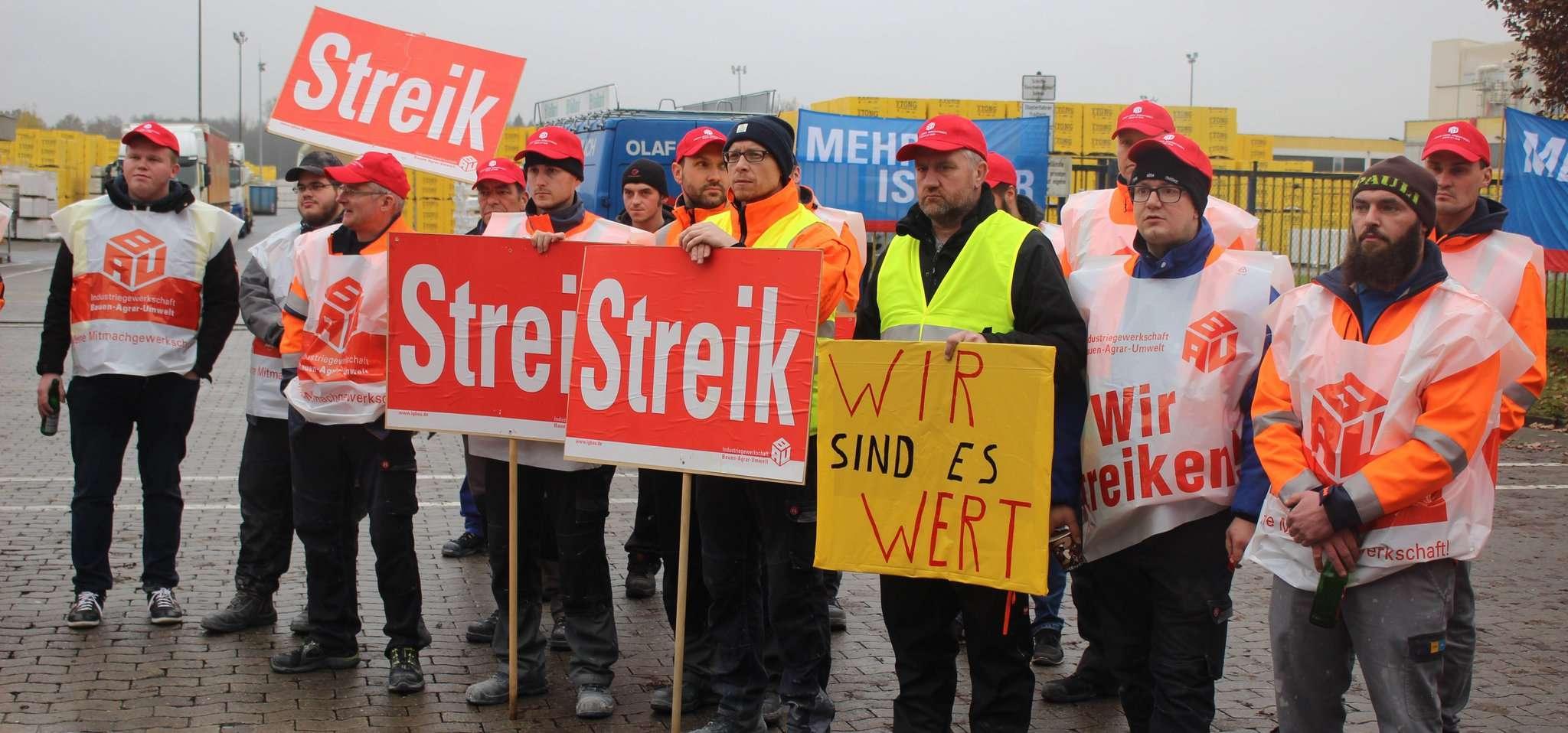 Die Xella-Mitarbeiter legten am Donnerstagmittag für zwei Stunden ihre Arbeit nieder u2013 scheitern die nächsten Verhandlungen, sollen weitere Streiks folgen.