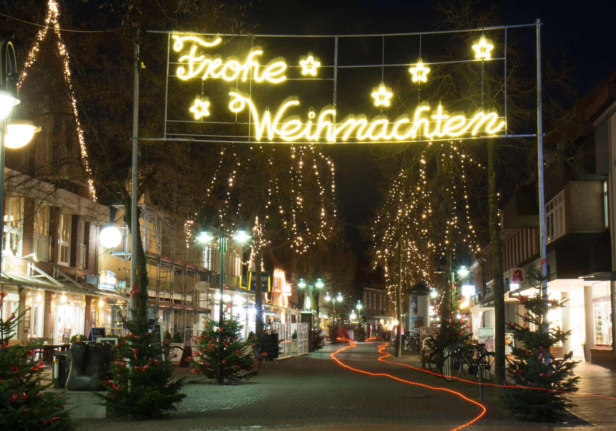 Die Beleuchtung in der Fußgängerzone sorgt für weihnachtliche Stimmung.