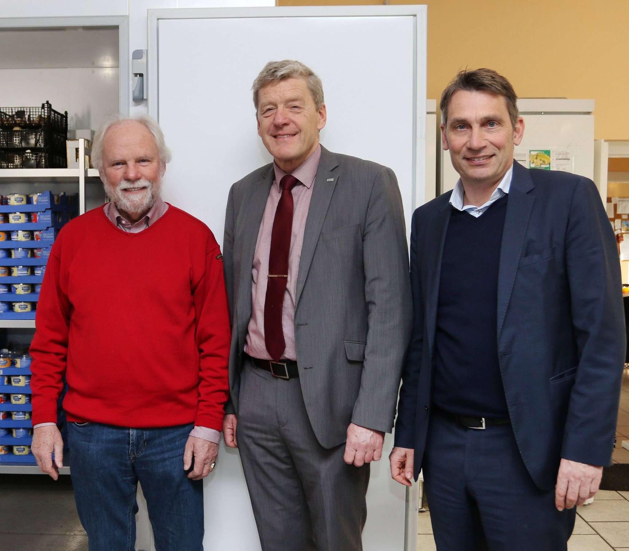 Hero Feenders (von links), Rotenburger Tafel, bedankt sich bei Reinhard David, Stadtwerke Rotenburg und Marcel Meggeneder von den Stadtwerken Zeven.