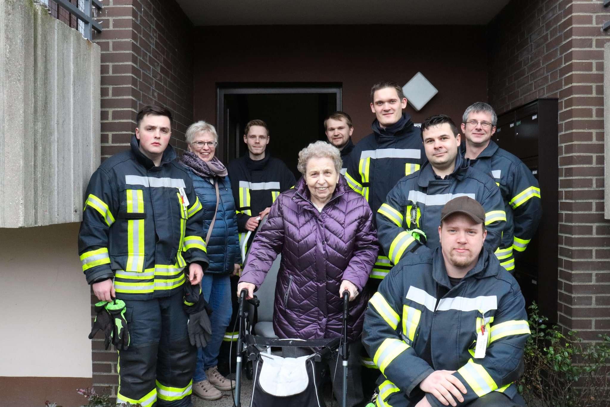 Annemarie Bassen (Bildmitte) ist überglücklich, dass sie ihre Tochter Petra Surmann besuchen konnte. Mitglieder der Freiwilligen Feuerwehr Rotenburg machten es möglich.