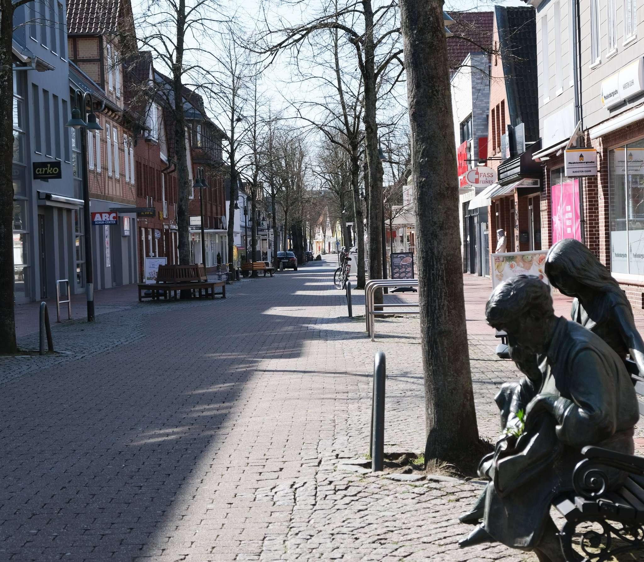 Das frühlingshafte Wetter lädt zu einem Bummel ein, doch die Geschäfte in der Großen Straße in Rotenburg bleiben geschlossen.