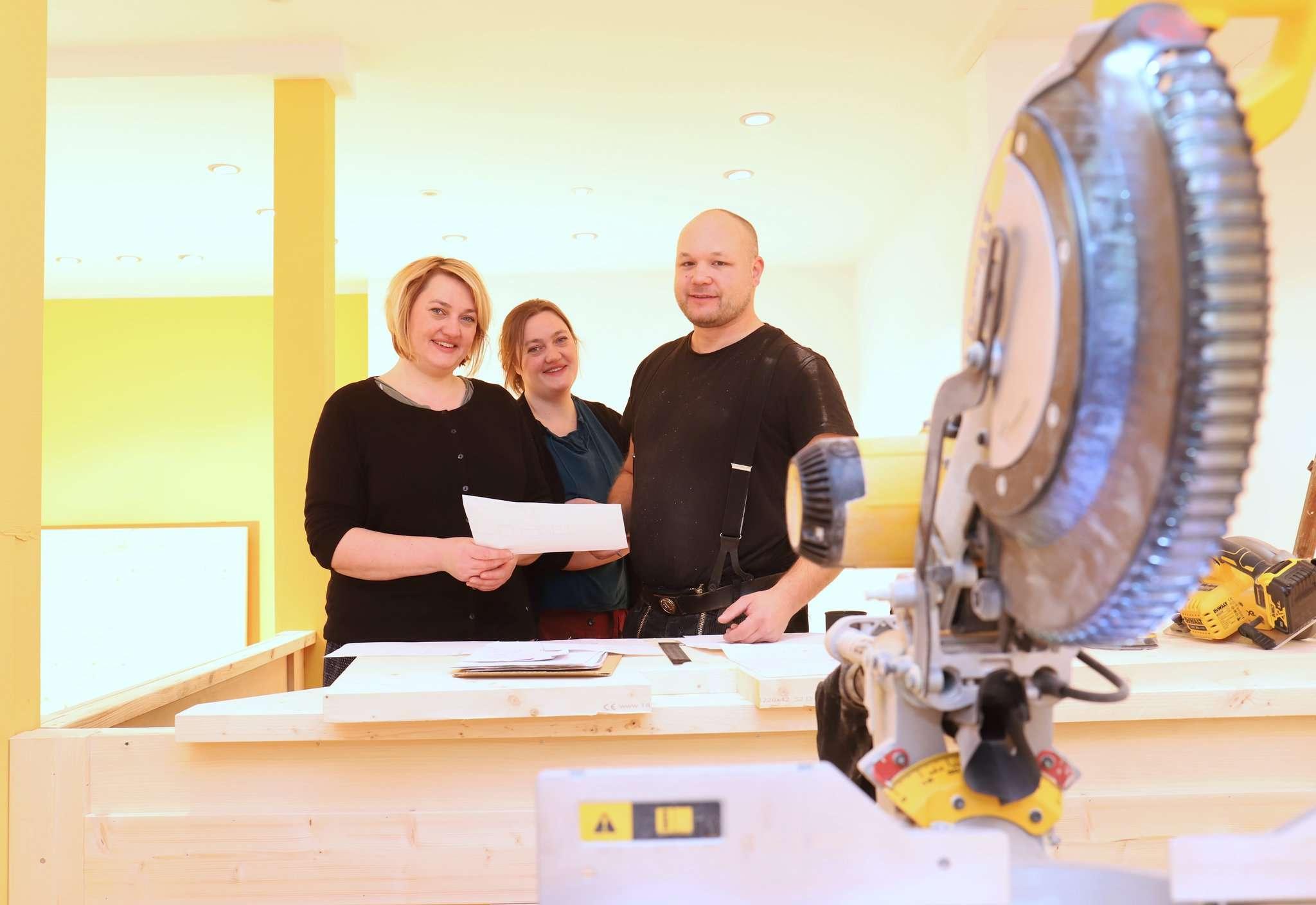 Antje (links) und Anja Doil besprechen mit Tischler Onne Tietje die letzten Details des Tresenbaus.