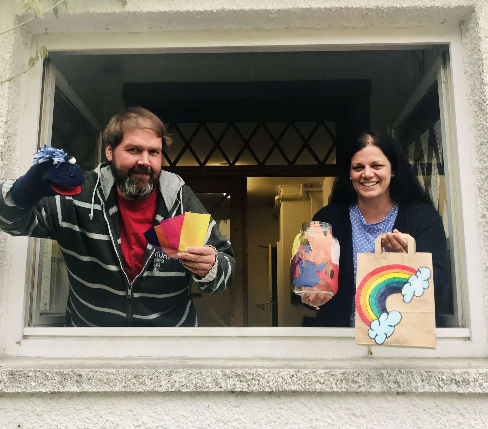 Die beiden Psychologen Stefanie Greiner und Benjamin Haase packen die Hoffnungsträger-Tüten und verteilen sie an Familien.