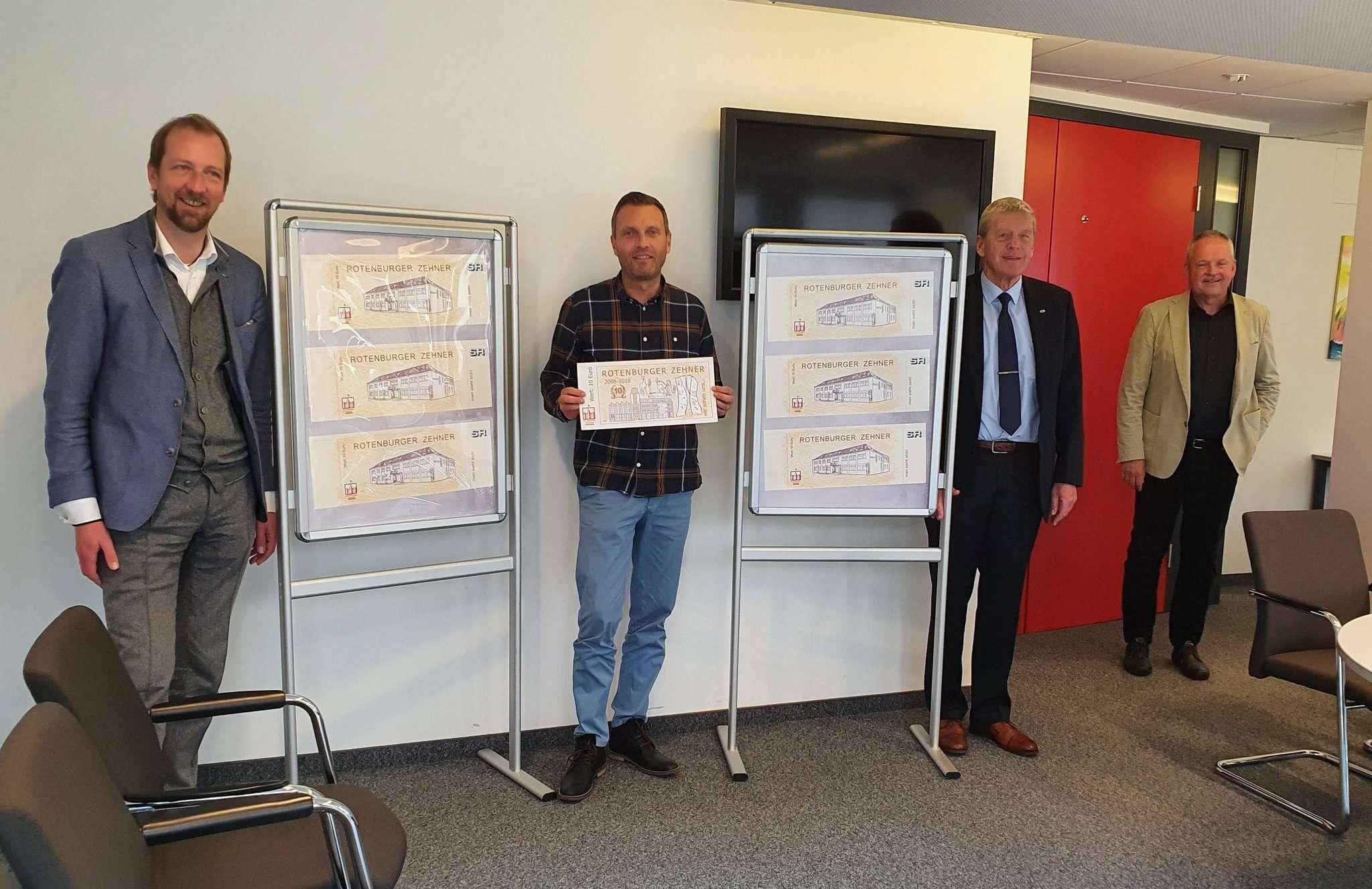 Heiko Kehrstephan vom Wirtschaftsforum, der Leiter des Infobüros Benjamin Roolfs, Stadtwerke-Geschäftsführer Reinhard David und Bürgermeister Andreas Weber werben für die Aktion.