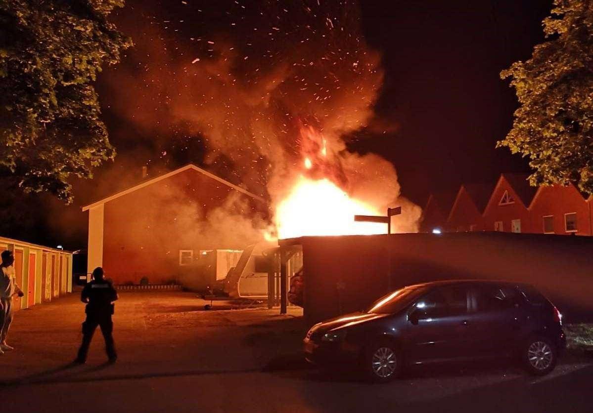 Die Flammen erhellten den Nachthimmel. Verletzt wurde zum Glück niemand.