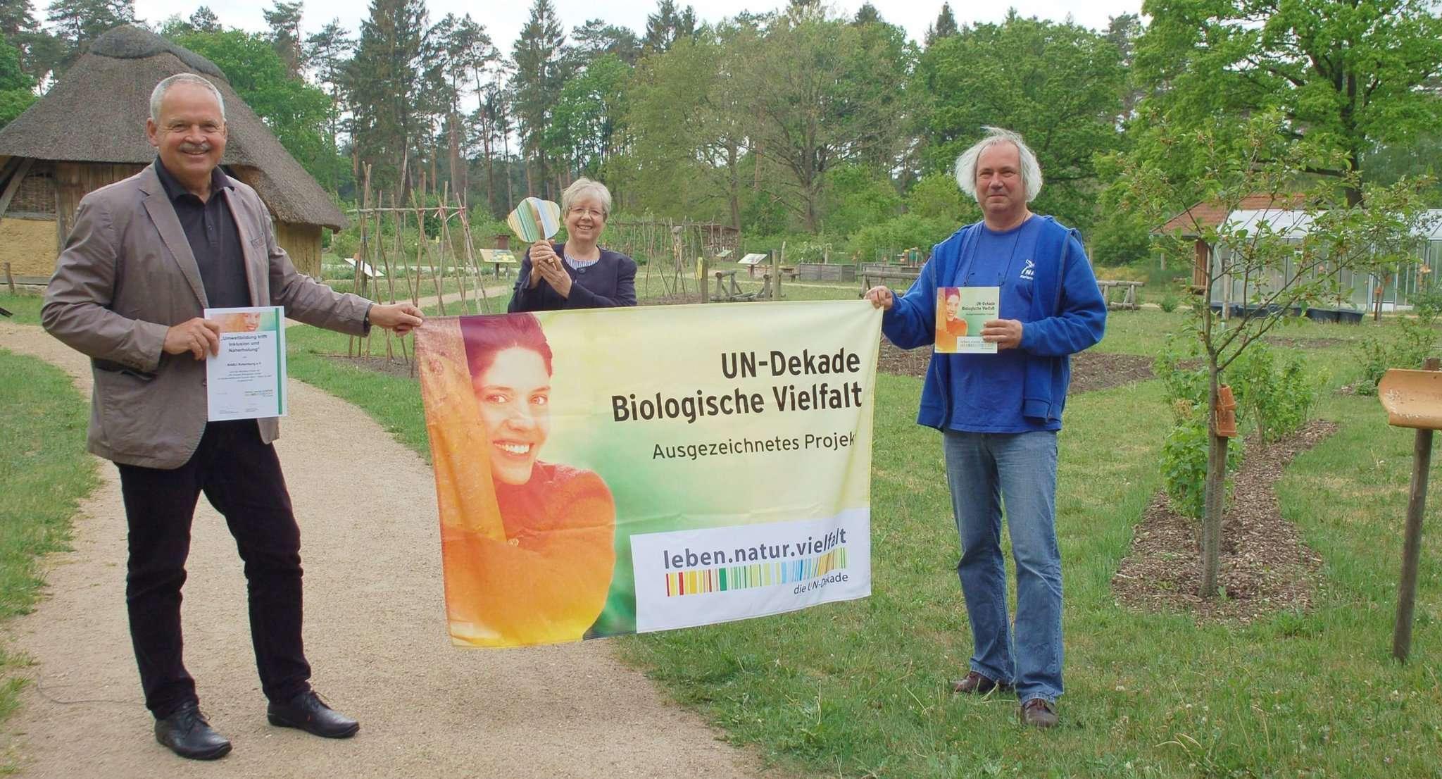 Ehrung in Corona-Zeiten: Andreas Weber (links) gratulierte Jutta Wendland-Park (Mitte) und Roland Meyer zur UN-Dekade-Auszeichnung.