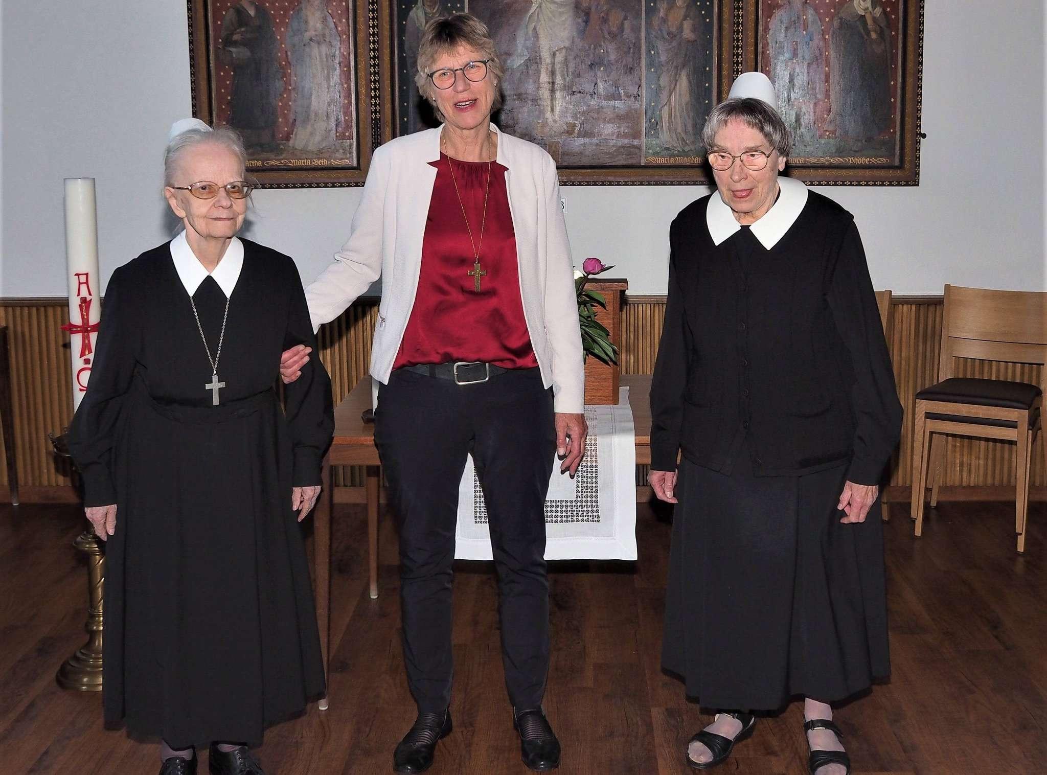 Oberin Sabine Sievers (Mitte) gratuliert Ingrid Prigge (links) und Margrit Merker. Foto: Klaus Brünjes