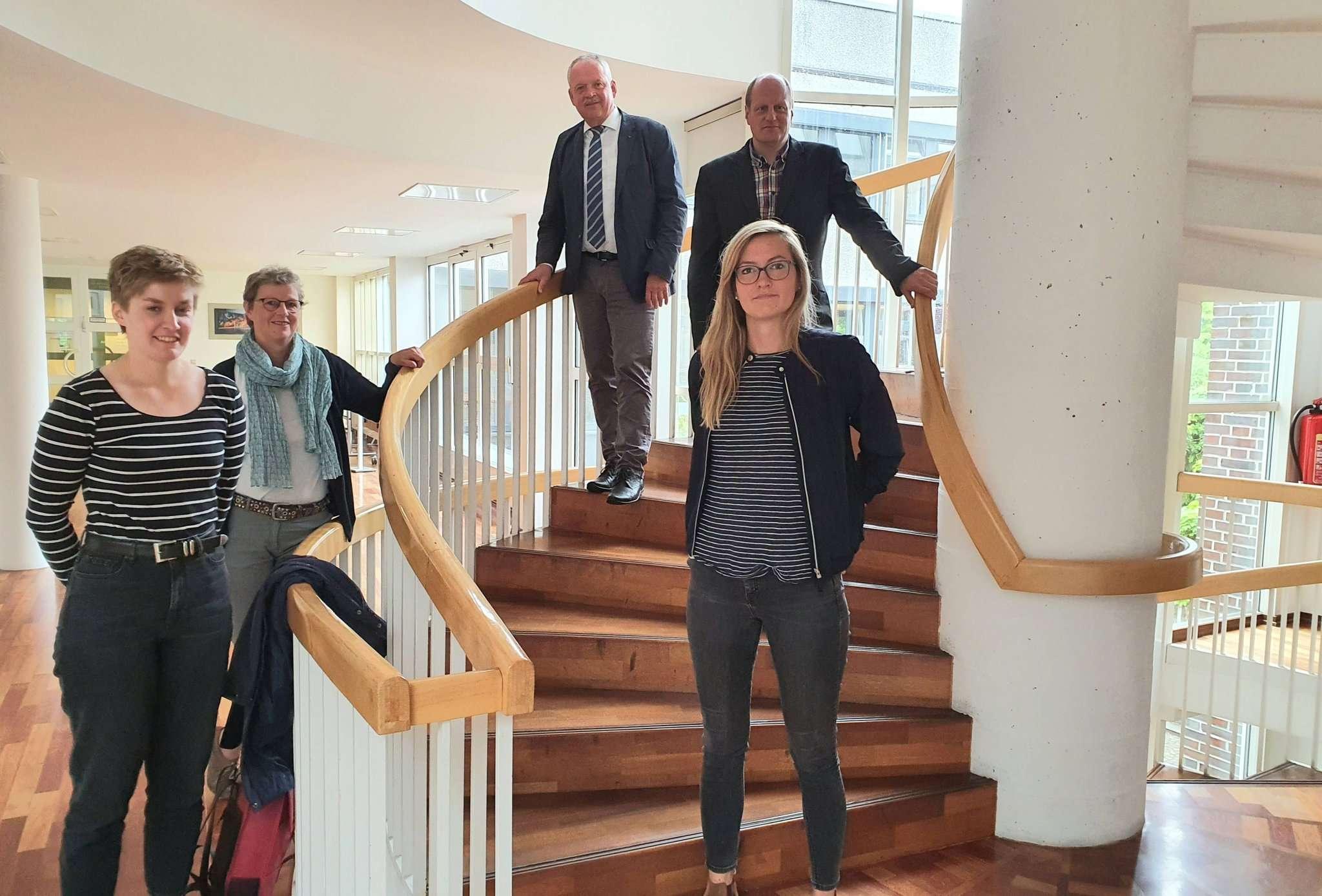 Heike Wohltmann (zweite von links) vom Büro Plan-Werkstadt Bremen informierte gemeinsam mit Lotta Schröder (von links) Bürgermeister Andreas Weber, Stadtplaner Clemens Bumann und Franziska Gölitzer über den aktuellen Stand der Planung.