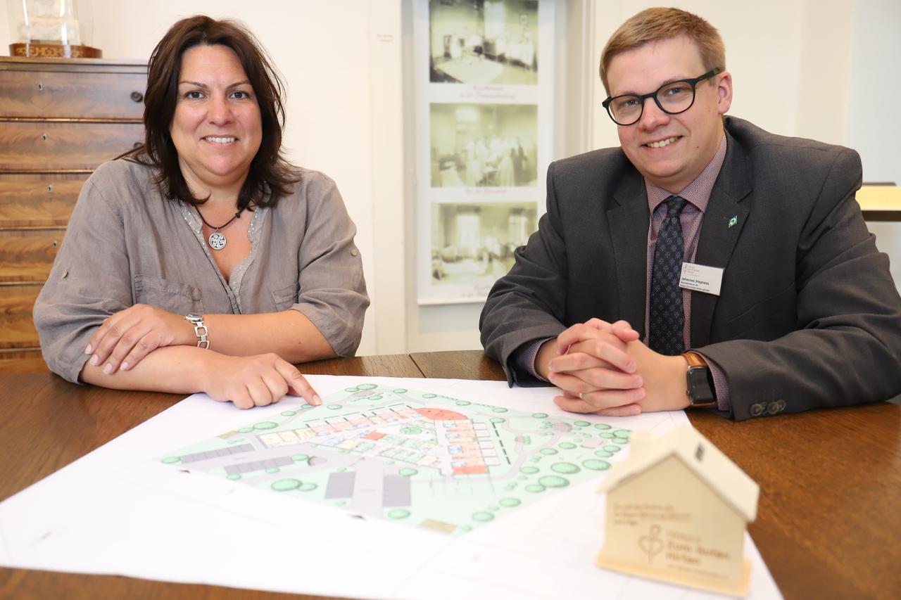 Die Projektleiter Sandra Köbe und Johannes Stephens freuen sich, dass der Bau des Hopizes