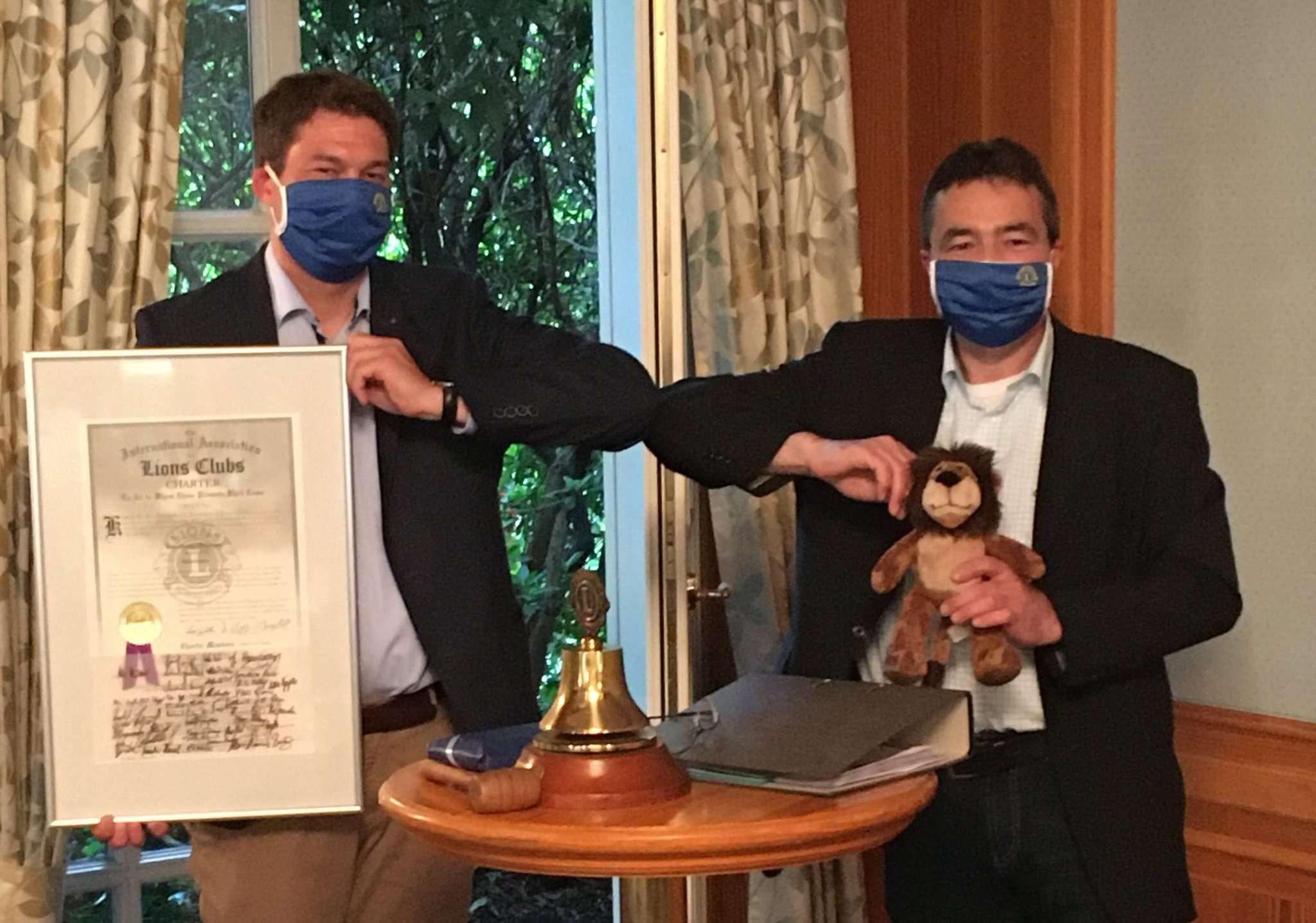 Der neue Präsident Philipp Landschof (links) übernimmt das Amt coronagerecht von seinem Vorgänger Thomas Klar.