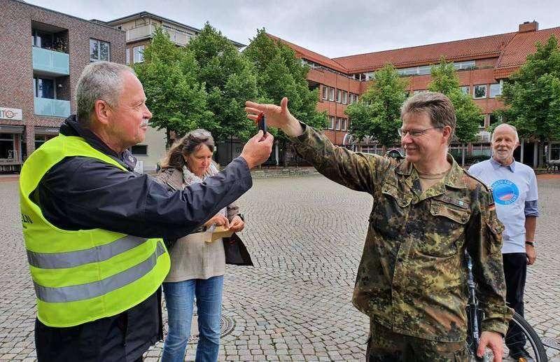 Stadtradelstar Carsten Kahle (rechts) überreicht seinen Autoschlüssel an Bürgermeister Andreas Weber. Foto: Klaus Müller