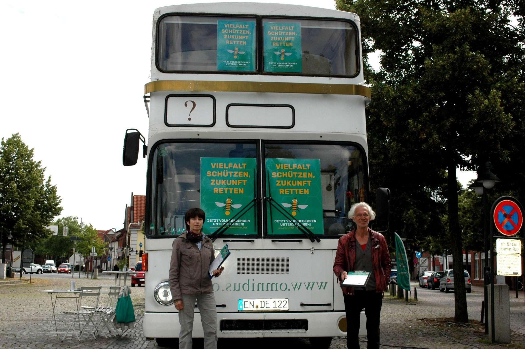 Sabine Holsten von den Grünen und Werner Küppers vom Verein Omnibus setzen sich für mehr Beteiligung der Bürger in der Politik ein. Foto: Jens Loes