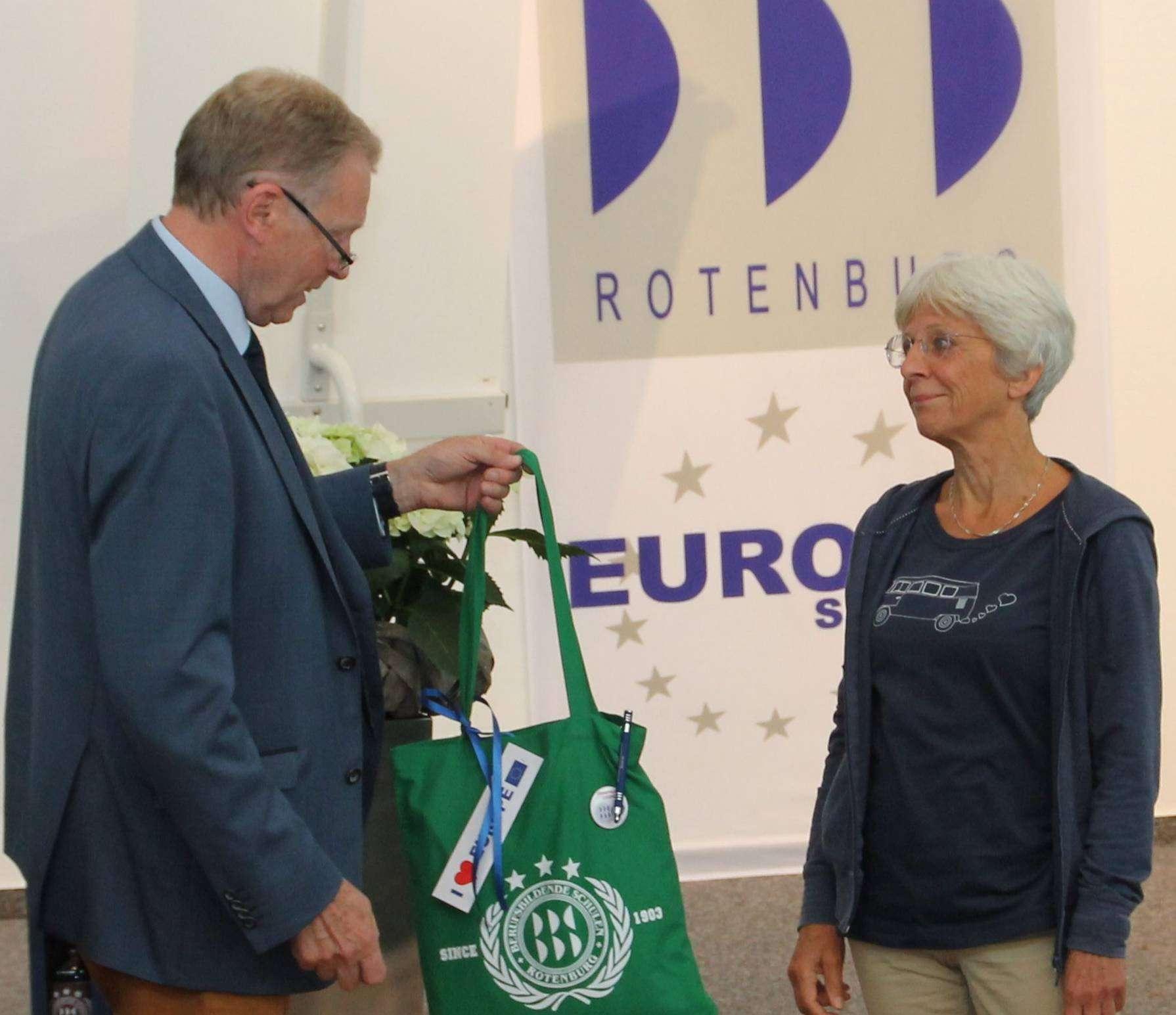 Katharina Engelhardt (Bild links) wie auch Meike Hülsemann verabschiedetetn sich in den Ruhestand. Dank gab es unter anderem von BBS-Schulleiter Wolf Hertz-Kleptow.