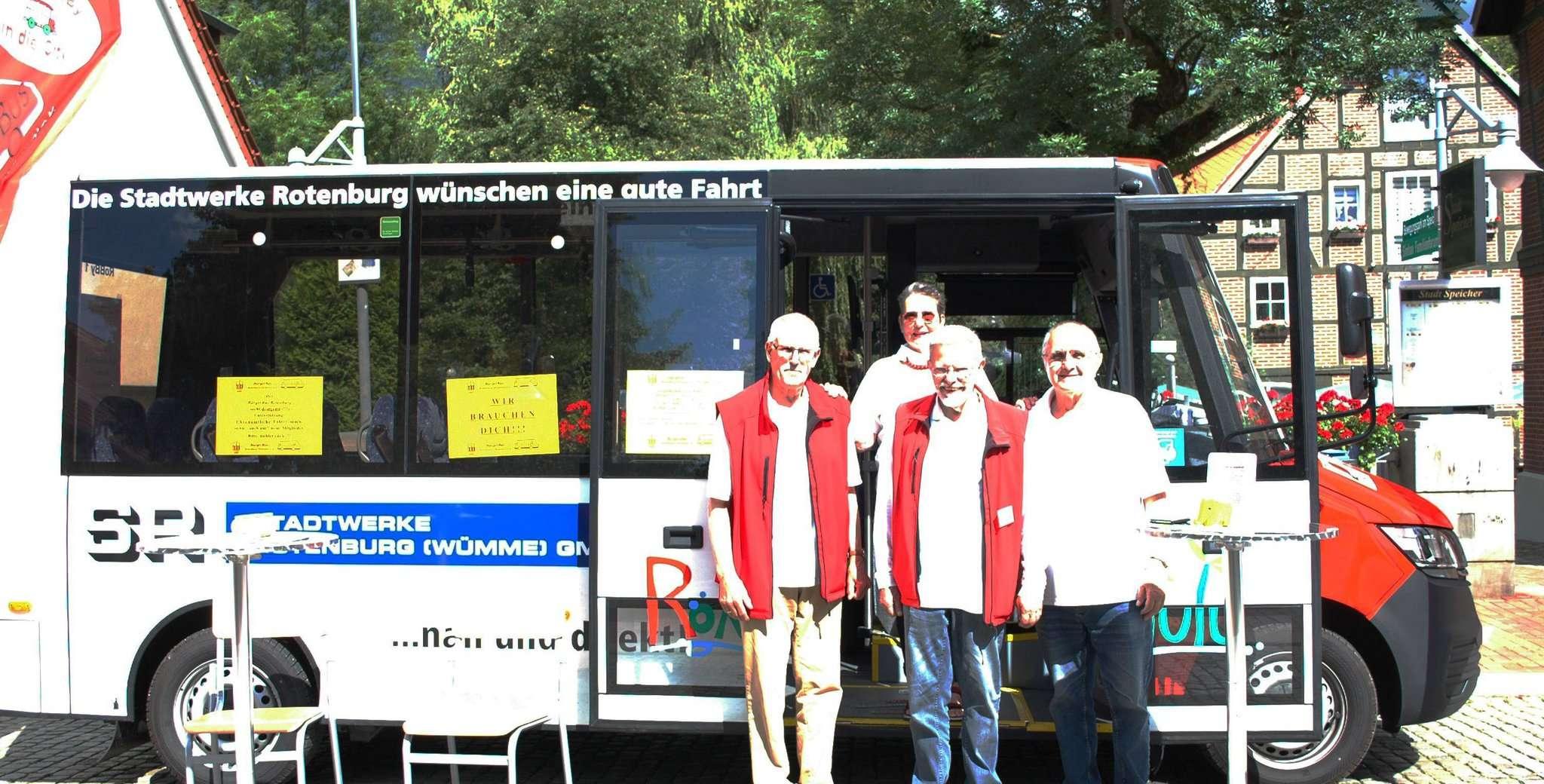 Gebhardt Cordes (von links), Sabine Vahldieck, Erwin Mengel und Rainer Sehling vom Bürgerbus Rotenburg präsentieren das neue Fahrzeug.