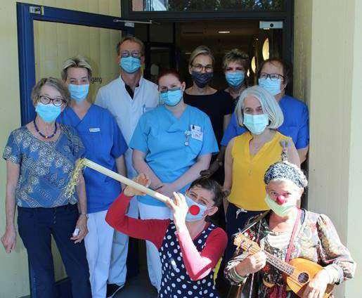 Die Leas überreichten die Spenden für die Klinikclowns an das Diakonieklinikum.