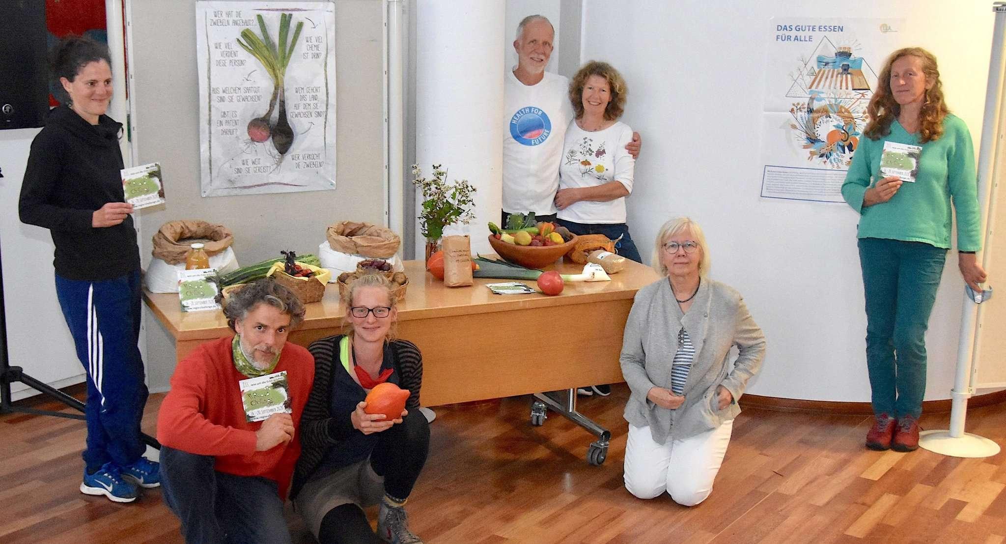 Kathrin Peters (Dritte von links), Angela von Beesten (Zweite von rechts) und weitere Teilnehmer der Vorbereitungsgruppe beim Infoabend im Rotenburger Rathaussaal.